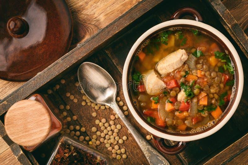 Καυτή σούπα με την πράσινα φακή, το κοτόπουλο, τα λαχανικά και τα καρυκεύματα στοκ φωτογραφίες