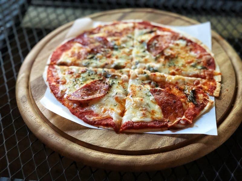 Καυτή σπιτική Pepperoni πίτσα έτοιμη να φάει στοκ φωτογραφία με δικαίωμα ελεύθερης χρήσης