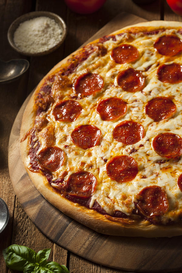 Καυτή σπιτική Pepperoni πίτσα στοκ εικόνα