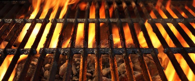 Καυτή φλεμένος BBQ σχάρα με τις φωτεινές φλόγες και τους καμμένος άνθρακες στοκ φωτογραφία