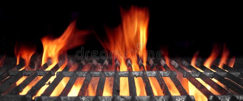 Καυτή φλεμένος BBQ σχάρα με τις φωτεινές φλόγες και τους καμμένος άνθρακες στοκ εικόνα