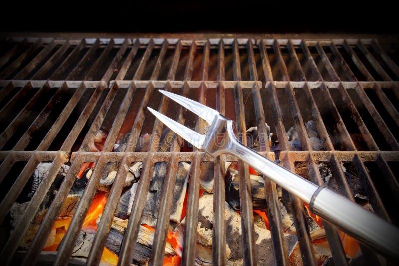 Καυτή BBQ σχάρα, δίκρανο και καμμένος άνθρακες στοκ φωτογραφία με δικαίωμα ελεύθερης χρήσης