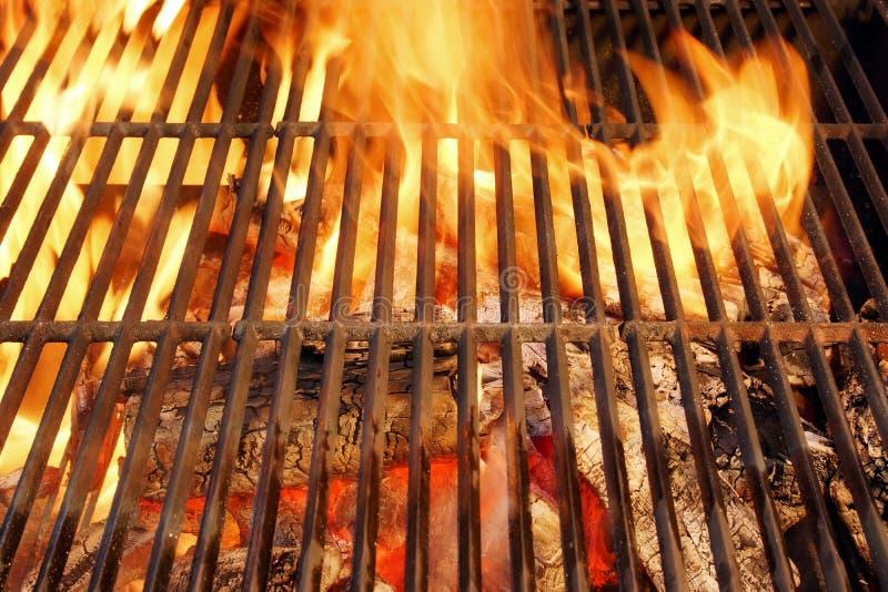 Καυτή BBQ σχάρα και καίγοντας ξυλάνθρακες με τη φωτεινή φλόγα στοκ φωτογραφία με δικαίωμα ελεύθερης χρήσης