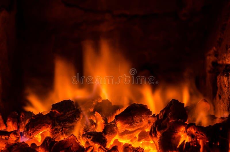 Καυτοί άνθρακες στην πυρκαγιά στοκ φωτογραφία με δικαίωμα ελεύθερης χρήσης
