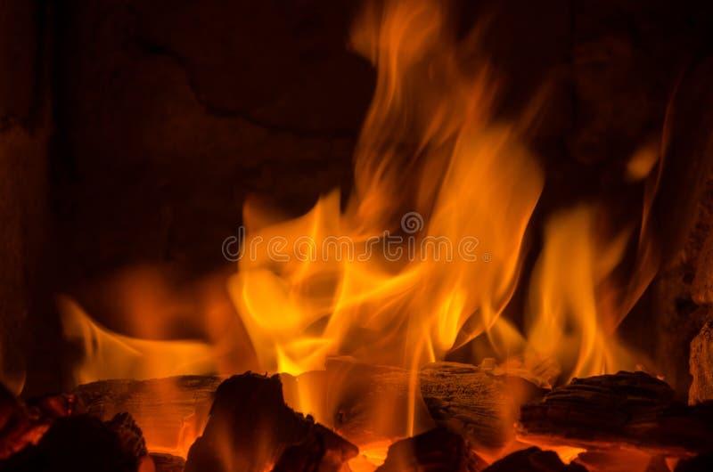 Καυτοί άνθρακες στην πυρκαγιά στοκ φωτογραφίες με δικαίωμα ελεύθερης χρήσης