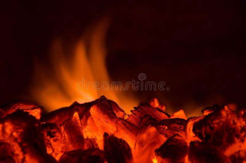 Καυτοί άνθρακες στην πυρκαγιά στοκ εικόνα