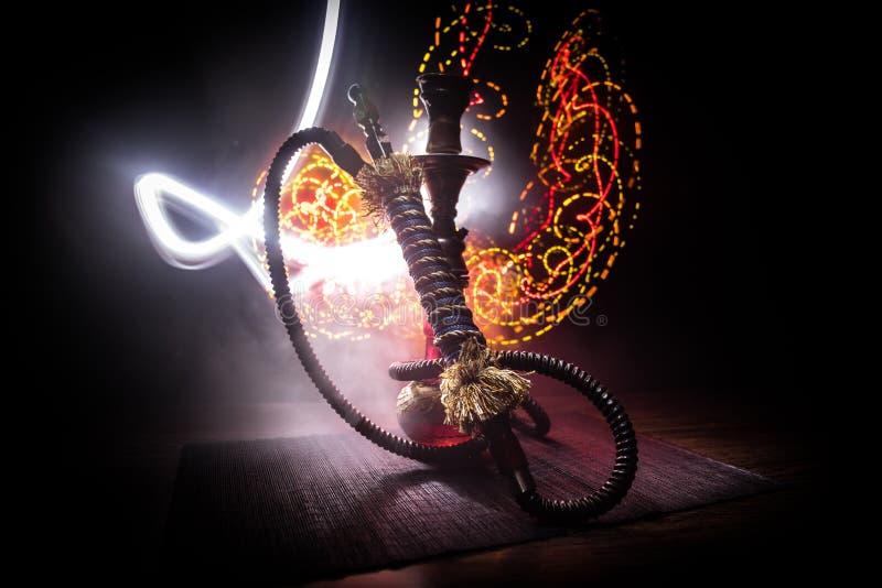 Καυτοί άνθρακες Hookah στο κύπελλο shisha στο σκοτεινό ομιχλώδες υπόβαθρο Μοντέρνο ασιατικό shisha στοκ εικόνα με δικαίωμα ελεύθερης χρήσης