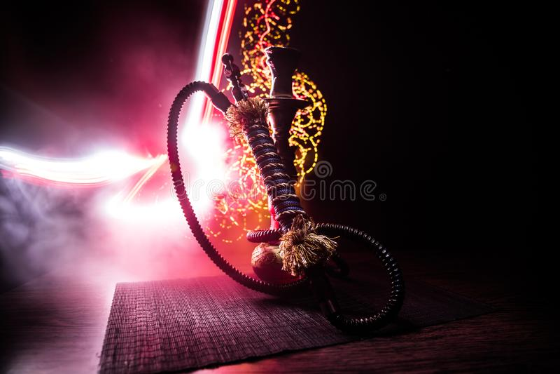 Καυτοί άνθρακες Hookah στο κύπελλο shisha στο σκοτεινό ομιχλώδες υπόβαθρο Μοντέρνο ασιατικό shisha στοκ φωτογραφία με δικαίωμα ελεύθερης χρήσης