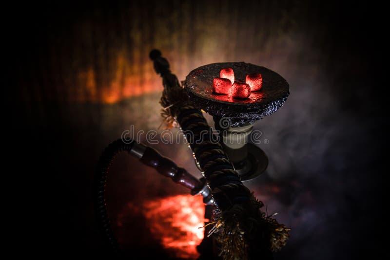 Καυτοί άνθρακες Hookah στο κύπελλο shisha στο σκοτεινό ομιχλώδες υπόβαθρο Μοντέρνο ασιατικό shisha στοκ φωτογραφίες με δικαίωμα ελεύθερης χρήσης