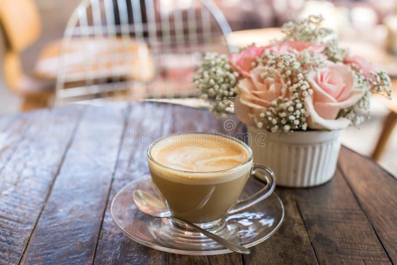 καυτοί καφές και ανθοδέσμη του λουλουδιού στον ξύλινο πίνακα grunge στοκ εικόνα με δικαίωμα ελεύθερης χρήσης