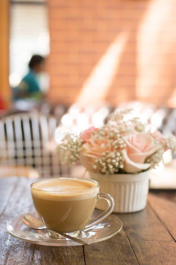 καυτοί καφές και ανθοδέσμη του λουλουδιού στον ξύλινο πίνακα grunge στοκ εικόνες με δικαίωμα ελεύθερης χρήσης