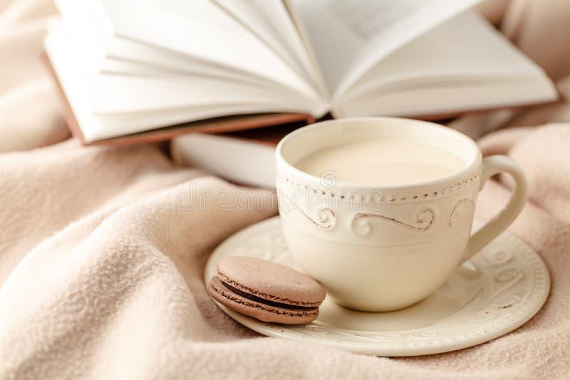 Καυτοί καφές και βιβλίο στο υπόβαθρο μαλλιού - εποχιακό χαλαρώστε την έννοια στοκ εικόνα