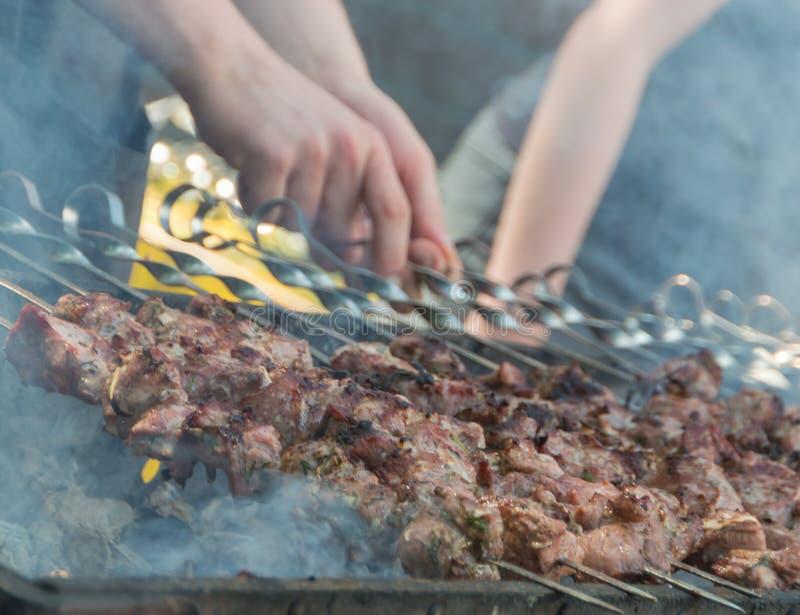 Καυτός αρχιμάγειρας σχαρών μαγείρων ανθράκων στοκ εικόνα