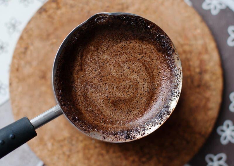 Καυτός καφές που προετοιμάζεται σε έναν Τούρκο στοκ εικόνες