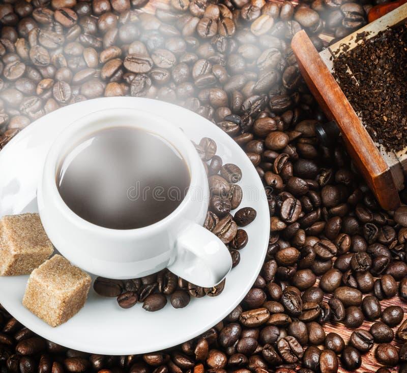 Καυτός καφές πρωινού στον ξύλινο πίνακα στοκ εικόνες