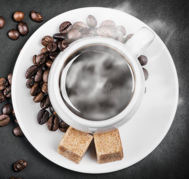Καυτός καφές σε έναν πίνακα στο Μαύρο υποβάθρου στοκ φωτογραφίες με δικαίωμα ελεύθερης χρήσης