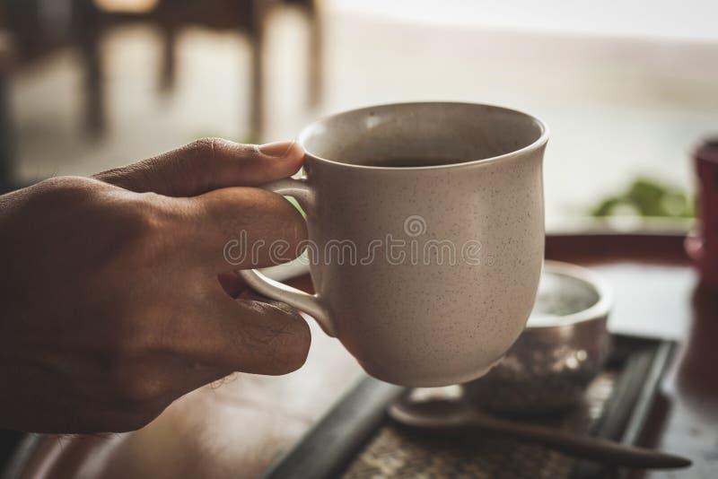 Καυτός καφές στη καφετερία, εκλεκτής ποιότητας φίλτρο χρώματος στοκ εικόνες με δικαίωμα ελεύθερης χρήσης
