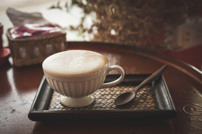 Καυτός καφές στη καφετερία, εκλεκτής ποιότητας φίλτρο χρώματος στοκ εικόνες