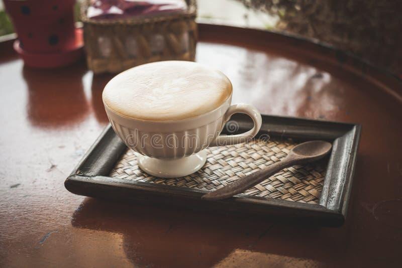 Καυτός καφές στη καφετερία, εκλεκτής ποιότητας φίλτρο χρώματος στοκ εικόνα με δικαίωμα ελεύθερης χρήσης