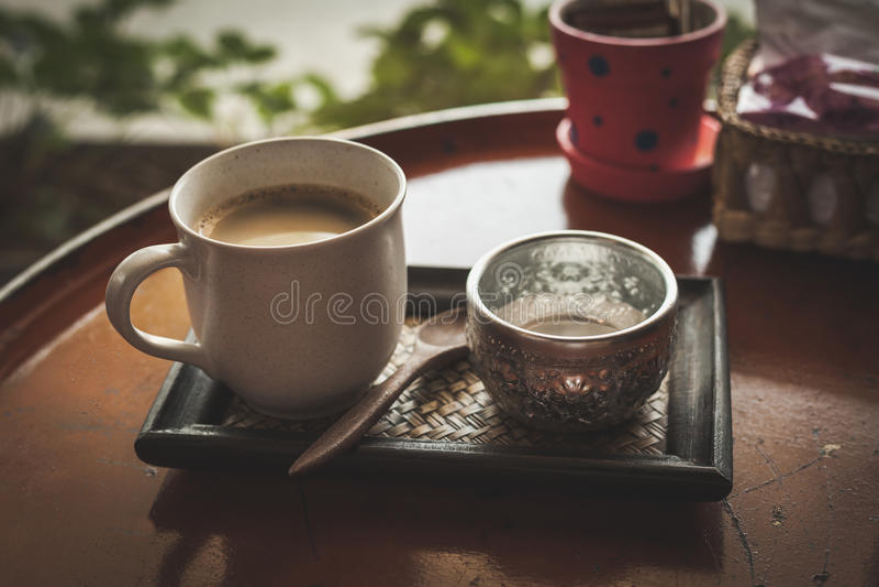 Καυτός καφές στη καφετερία, εκλεκτής ποιότητας φίλτρο χρώματος στοκ φωτογραφία