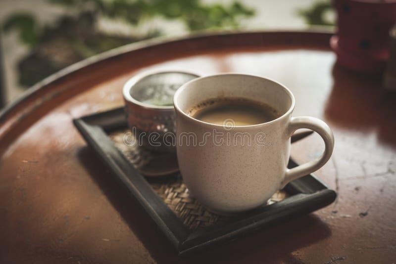 Καυτός καφές στη καφετερία, εκλεκτής ποιότητας φίλτρο χρώματος στοκ φωτογραφία με δικαίωμα ελεύθερης χρήσης