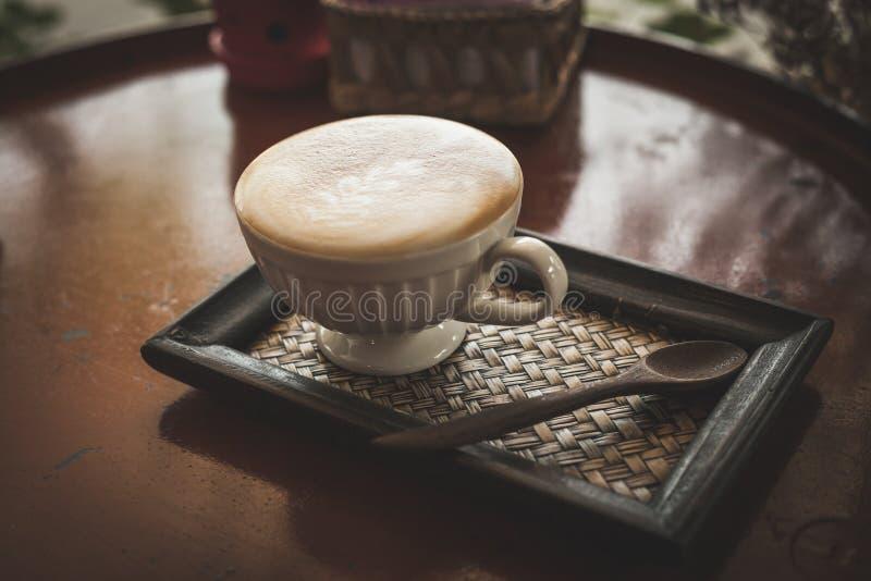 Καυτός καφές στη καφετερία, εκλεκτής ποιότητας φίλτρο χρώματος στοκ εικόνα