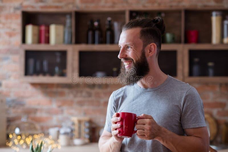 Καυτός καφές τσαγιού φλυτζανιών κουζινών ατόμων χαμόγελου συνήθειας ποτών στοκ εικόνες με δικαίωμα ελεύθερης χρήσης