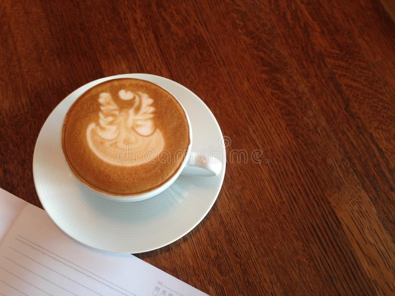 Καυτός καφές latte ή μαύρο ομο φίλτρο στοκ εικόνα