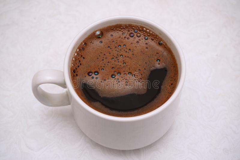 Καυτός μαύρος καφές σε ένα άσπρο φλυτζάνι στοκ φωτογραφία με δικαίωμα ελεύθερης χρήσης