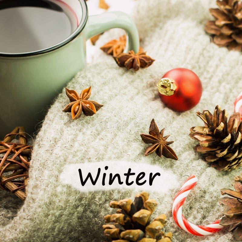 Καυτό βράζοντας στον ατμό φλυτζάνι Χριστουγέννων glint του κρασιού με τα καρυκεύματα, το γλυκάνισο, τα μπισκότα σε μια μορφή του  στοκ φωτογραφία
