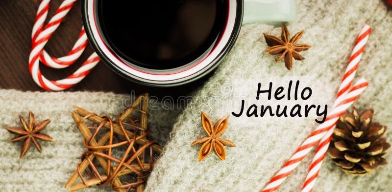 Καυτό βράζοντας στον ατμό φλυτζάνι Χριστουγέννων glint του κρασιού με τα καρυκεύματα, γλυκάνισο, μπισκότα σε μια μορφή του αστερι στοκ εικόνες με δικαίωμα ελεύθερης χρήσης