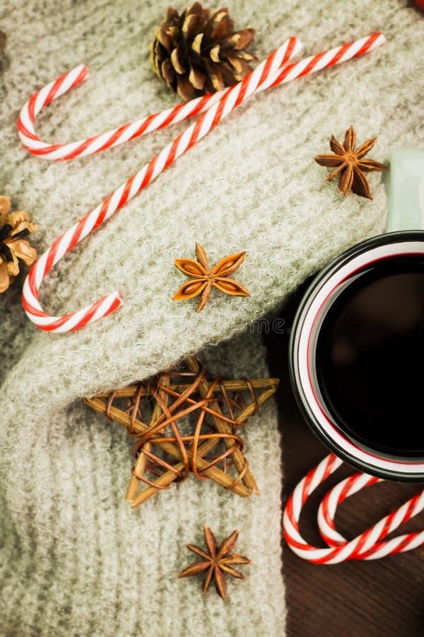 Καυτό βράζοντας στον ατμό φλυτζάνι Χριστουγέννων glint του κρασιού με τα καρυκεύματα, γλυκάνισο, κώνοι έλατου, μπισκότα σε μια μο στοκ φωτογραφία με δικαίωμα ελεύθερης χρήσης