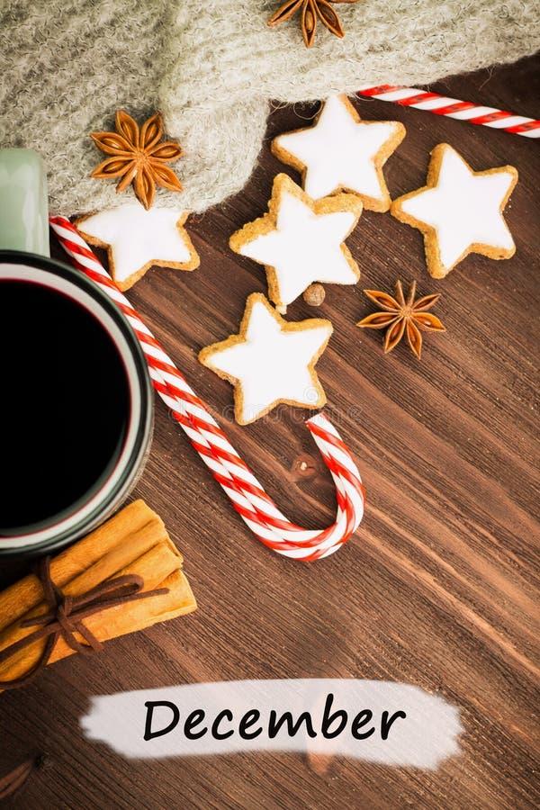 Καυτό βράζοντας στον ατμό φλυτζάνι Χριστουγέννων glint του κρασιού με τα καρυκεύματα, κανέλα, γλυκάνισο, μπισκότα σε μια μορφή το στοκ εικόνες