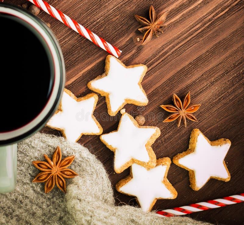 Καυτό βράζοντας στον ατμό φλυτζάνι Χριστουγέννων glint του κρασιού με τα καρυκεύματα, το γλυκάνισο, τα μπισκότα σε μια μορφή του  στοκ φωτογραφίες με δικαίωμα ελεύθερης χρήσης