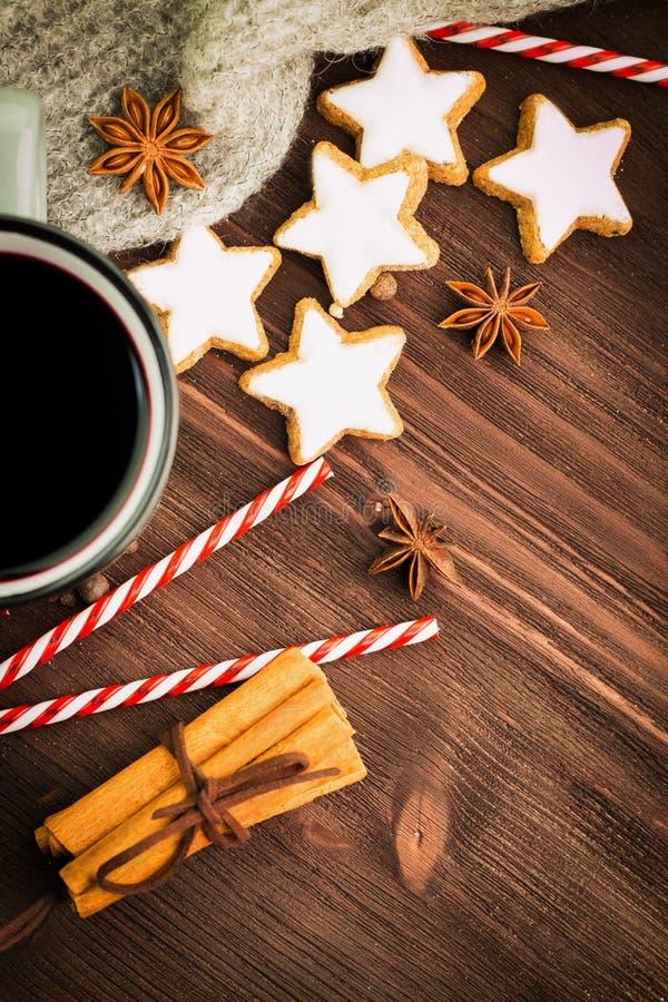 Καυτό βράζοντας στον ατμό φλυτζάνι Χριστουγέννων glint του κρασιού με τα καρυκεύματα, κανέλα, γλυκάνισο, μπισκότα σε μια μορφή το στοκ εικόνα με δικαίωμα ελεύθερης χρήσης
