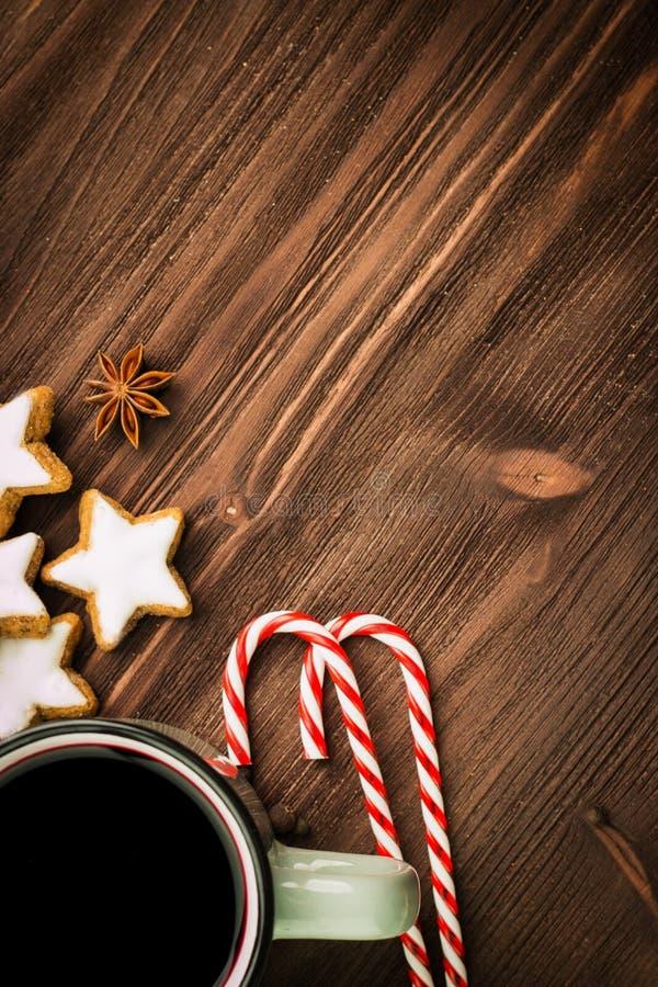 Καυτό βράζοντας στον ατμό φλυτζάνι Χριστουγέννων glint του κρασιού με τα καρυκεύματα, γλυκάνισο, μπισκότα σε μια μορφή του αστερι στοκ φωτογραφία με δικαίωμα ελεύθερης χρήσης
