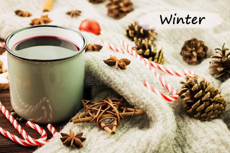 Καυτό βράζοντας στον ατμό φλυτζάνι Χριστουγέννων glint του κρασιού με τα καρυκεύματα, κανέλα, γλυκάνισο, μπισκότα σε μια μορφή το στοκ φωτογραφίες με δικαίωμα ελεύθερης χρήσης