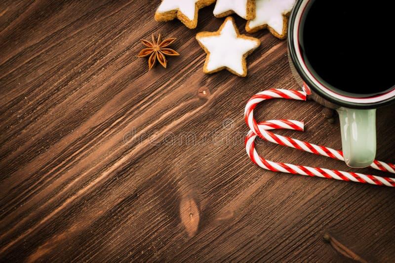 Καυτό βράζοντας στον ατμό φλυτζάνι Χριστουγέννων glint του κρασιού με τα καρυκεύματα, γλυκάνισο, μπισκότα σε μια μορφή του αστερι στοκ εικόνα