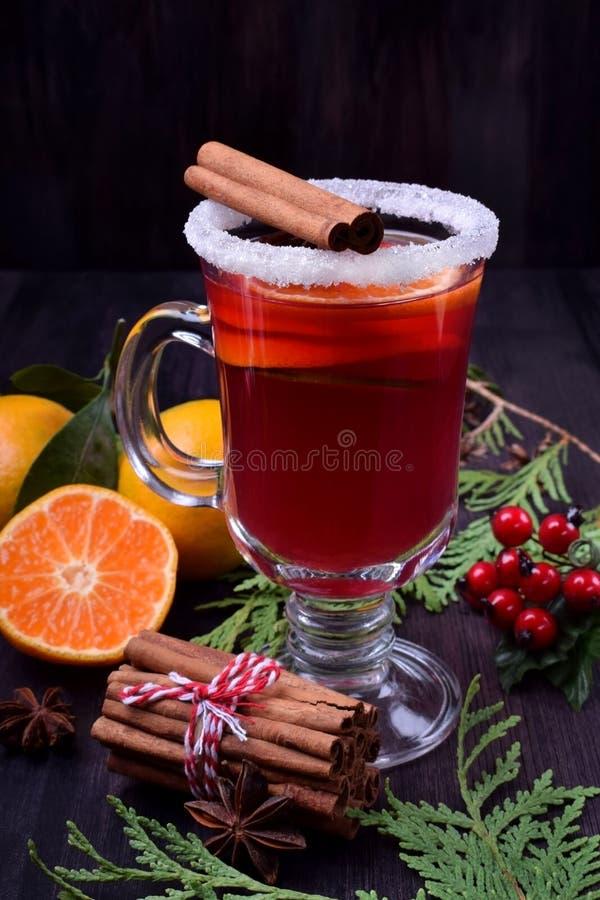 Καυτό θερμαμένο κρασί με τις φέτες των εσπεριδοειδών, της κανέλας και του γλυκάνισου σε ένα ιρλανδικό γυαλί στοκ φωτογραφίες