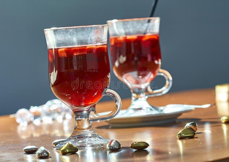 Καυτό θερμαμένο κρασί σε ένα φλυτζάνι γυαλιού στοκ εικόνα με δικαίωμα ελεύθερης χρήσης