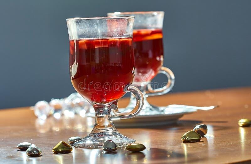 Καυτό θερμαμένο κρασί σε ένα φλυτζάνι γυαλιού στοκ φωτογραφίες με δικαίωμα ελεύθερης χρήσης
