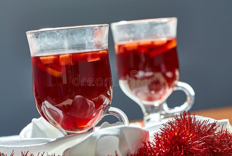 Καυτό θερμαμένο κρασί σε ένα φλυτζάνι γυαλιού στοκ φωτογραφία