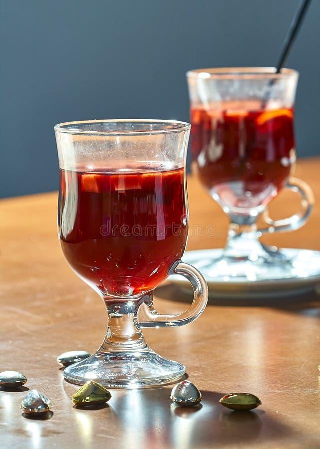 Καυτό θερμαμένο κρασί σε ένα φλυτζάνι γυαλιού στοκ εικόνες