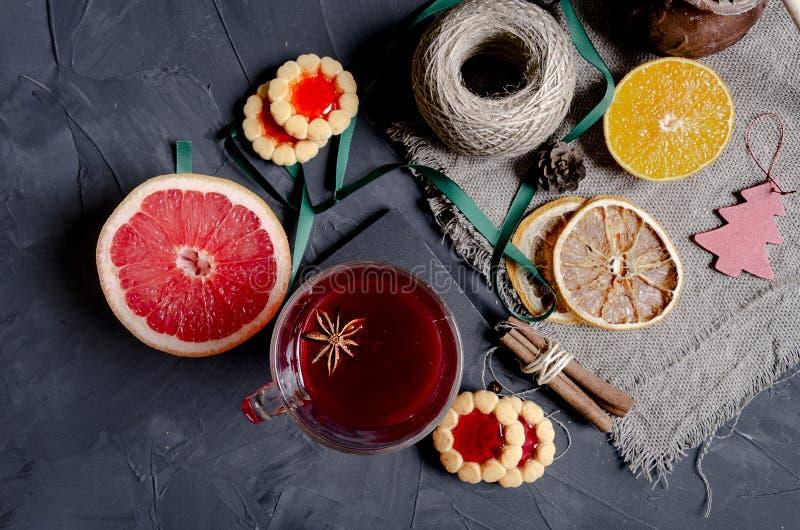 Καυτό θερμαμένο κρασί Χριστουγέννων με τα αρωματικά καρυκεύματα στοκ φωτογραφίες