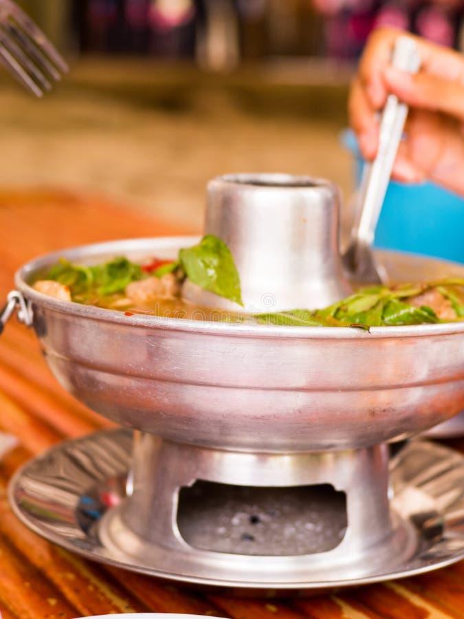 Καυτό και πικάντικο καυτό δοχείο πλευρών χοιρινού κρέατος με τα ταϊλανδικά χορτάρια στοκ εικόνα