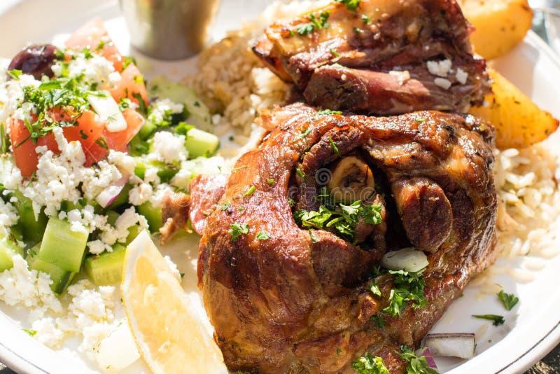 Καυτό και juicy ψημένο αρνί με την ελληνική σαλάτα Αυθεντικά ελληνικά τρόφιμα στοκ εικόνες με δικαίωμα ελεύθερης χρήσης