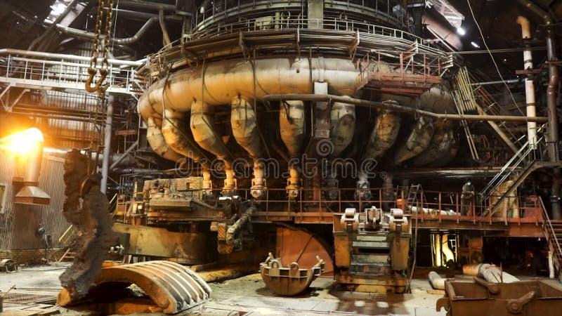 Καυτό κατάστημα των μεταλλουργικών εγκαταστάσεων με τα σύγχρονα μηχανήματα, βιομηχανικό τοπίο r Παραγωγή λειωμένων μετάλλων στοκ εικόνα