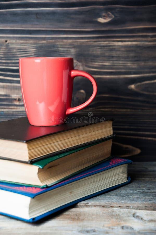 Καυτό καφές ή τσάι, κακάο, φλυτζάνι σοκολάτας στα βιβλία στοκ εικόνα με δικαίωμα ελεύθερης χρήσης