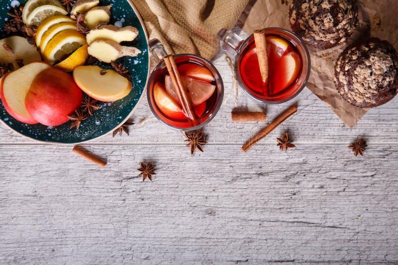 Καυτό κόκκινο τσάι με τα φρούτα και muffins σοκολάτας σε ένα επιτραπέζιο υπόβαθρο Υγιές διάστημα αντιγράφων προγευμάτων στοκ φωτογραφία