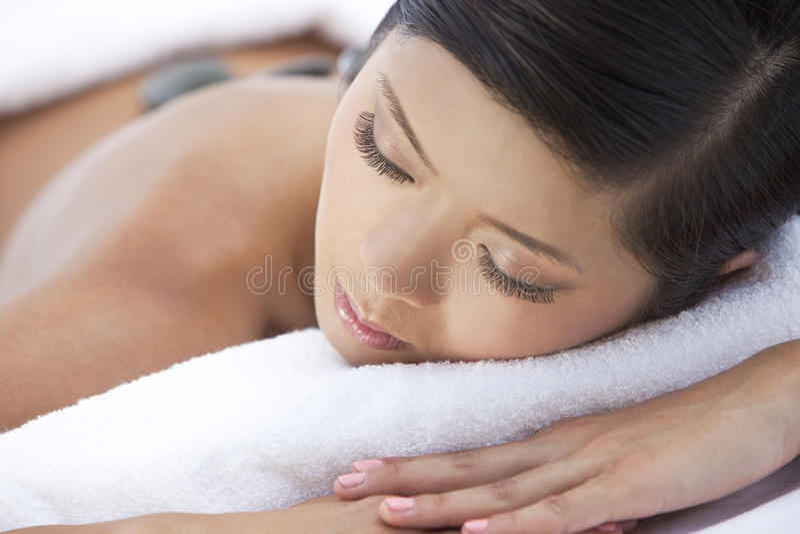 καυτό μασάζ υγείας που χαλαρώνει τη γυναίκα πετρών SPA στοκ φωτογραφία